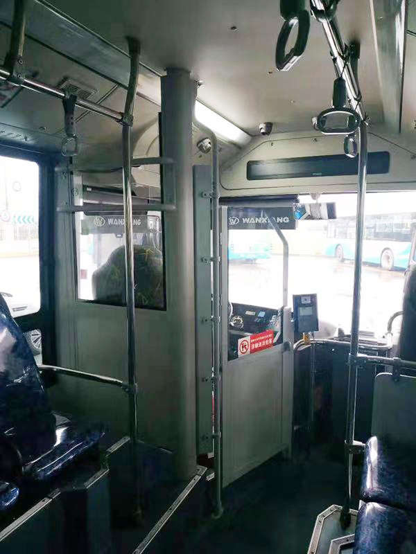 2019年3月10日起,上海浦东金高公共交通有限公司在2辆营运车辆上,完成了驾驶区防护隔离设施的试点安装工作。上海浦东金高公交 供图