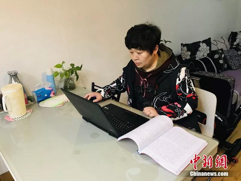 王晓丽整理QQ空间中的成长档案 张芹 摄