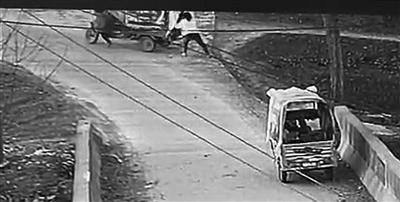 女子用身体挡车。