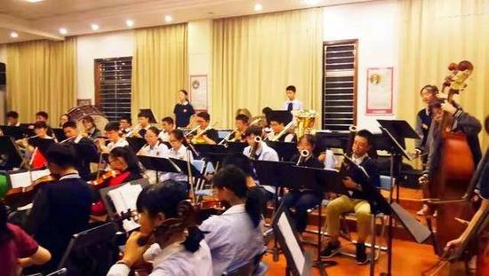 江苏省淮阴中学交响乐团在训练房排练