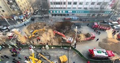 昨日,多辆挖掘机正在塌陷的坑洞中挖掘救援。 图/新京报动新闻、新京报我们视频