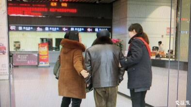 老汉家人赶到车站接他。凡仁摄