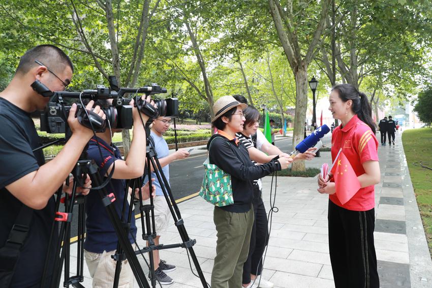 奥运冠军、校团委副书记骆晓娟接受采访