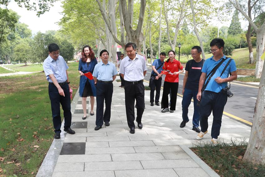 省政府副秘书长王思源在校领导等陪同下参观世界冠军之路
