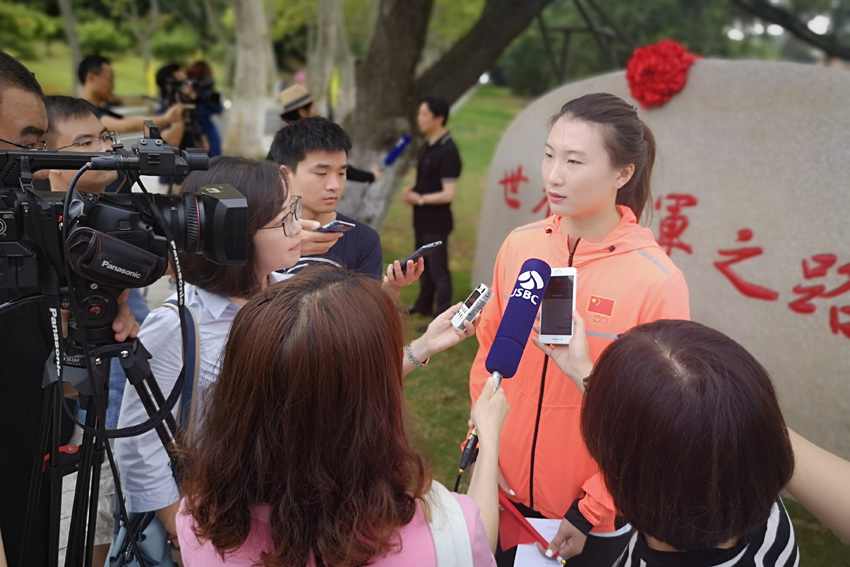 奥运冠军许安琪接受采访
