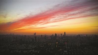 昨日傍晚,南京上空出现一抹绚丽的晚霞,红艳似火。苏阳 摄 视觉江苏网供图