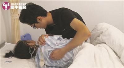 潘正江在照顾自己的患病母亲。