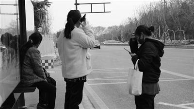 南京市民在等公交车