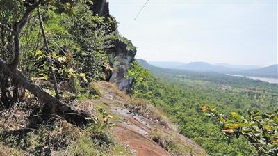 孕妇王女士在泰国乌汶帕登国家公园坠落的悬崖。图/新京报我们视频