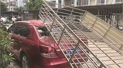被砸的汽车。