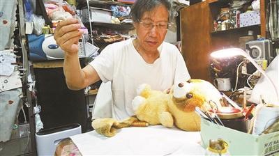 """七旬老人建娃娃""""医院"""":修补娃娃也是治愈人心"""