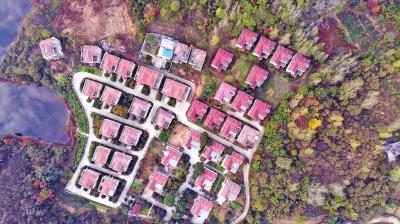 信阳市平桥区震雷山风景区内的违建别墅。 本文图片 大河网 图