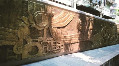 街巷的外墙立面用上真石漆,小广告贴上去后很容易撕下。