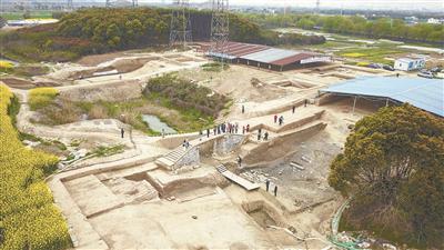 考古发掘现场河道遗迹清晰可见。