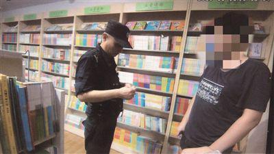 民警在书店抓获嫌疑人(右) 。警方供图