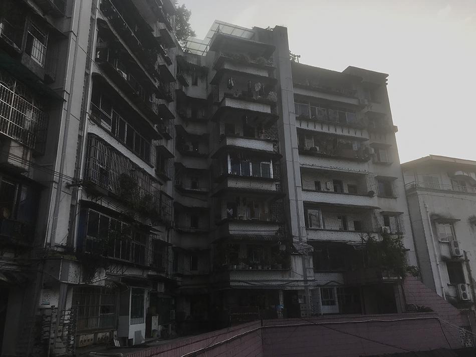 """重庆""""保时捷女""""李某曾在该居民楼居住,在高档小区购房后搬离。澎湃新闻记者 谢寅宗 图"""