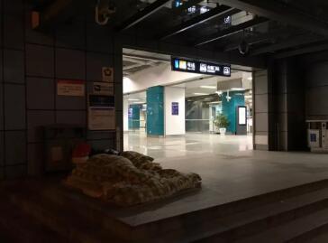 ▲安德门地铁站前有人席地而眠。新京报记者祖一飞摄