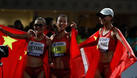 9月30日,中国选手刘虹(中)、切阳什姐(左)与杨柳静在决赛后庆祝。新华社记者 王丽莉 摄