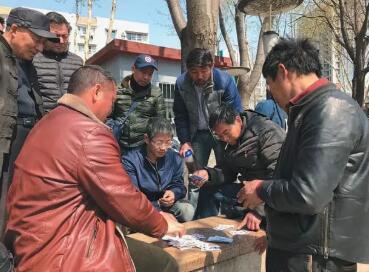 ▲没活干的时候,一些农民工喜欢打牌消遣。