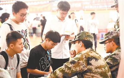 仪征考生在咨询军校招录政策。 苏广西 周晓明摄