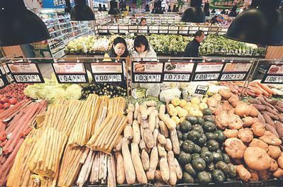 昨日,顾客在河北省邯郸市峰峰矿区一家超市选购蔬菜。新华社发