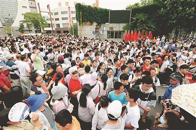 昨日,淮安市中考首场考试结束。图为清浦中学考点的考生走出考场。 张照久摄