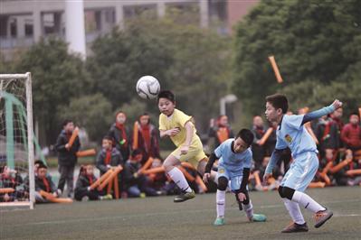 南京金陵汇文小学的孩子们在踢足球。(资料图片)通讯员 章善玉 新华报业视觉中心记者 万程鹏 摄