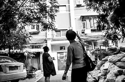 2017年7月,李君和怀孕8个月的女儿来到曾住了30多年的房子楼下