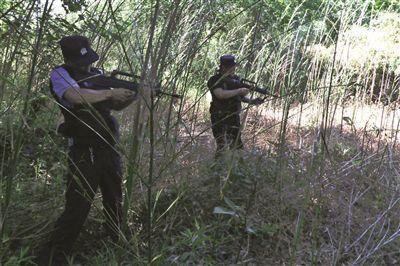 民警举枪射击。