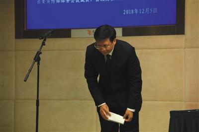 12月5日,杭州,新接任浙江省教育厅党委书记的陈根芳鞠躬道歉。图/视觉中国