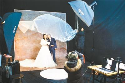 过去的11天,60对农民工夫妻在湖南长沙拍摄了第一张婚纱照。这源于女摄影师罗娴发起公益摄影项目《农民工婚纱照》,她希望社会关注农民工的情感和精神世界。罗娴 图