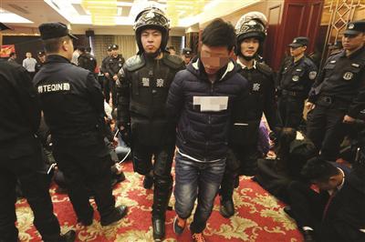 警方抓获传销分子现场。