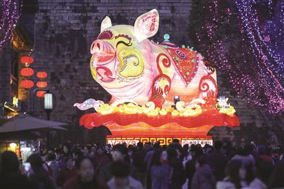 """老门东城墙脚下的""""金猪""""成为热门灯组。"""
