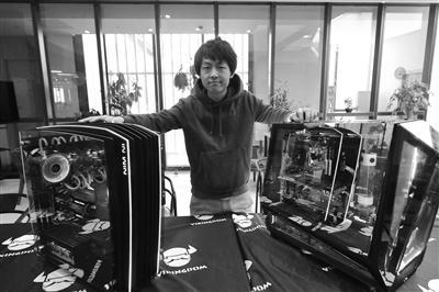 汪家宇和他们团队改装的电脑机箱。