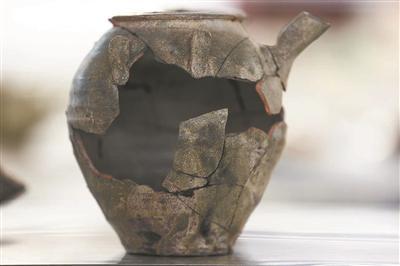 黄泗浦遗址出土的瓷器、钱币等文物。
