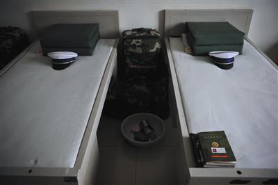 昨日下午,消防队员的宿舍内,两名遇难的队员床铺紧挨着。