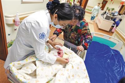 """昨日,北京大学第三医院,护士照看着我国首个""""试管婴儿""""产下的孩子。"""