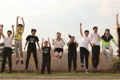 雨花台中学考生结束考试,显得很开心。