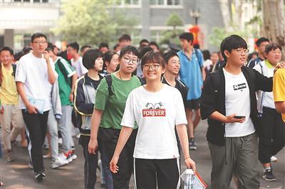 昨日,南京中考开考。在宁海中学考点,考生轻松走出考场。 陈 俨摄