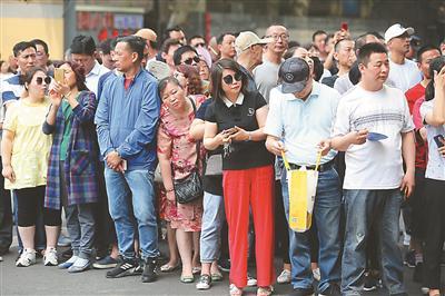 昨日,南京中考开考。在宁海中学考点,家长正焦急地等待考生。 陈 俨摄