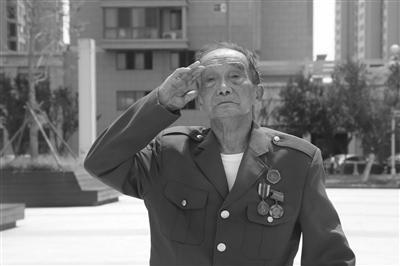 孙运华老人向国旗敬礼。 紫牛新闻记者 高峰 摄