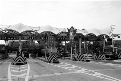 改造后的南京四桥栖霞收费站。
