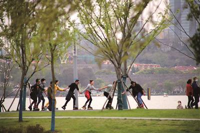 玄武湖畔玩轮滑的年轻人。 戚阜生摄