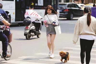 南京不少市民昨换夏装。刘佳 摄 视觉江苏网供图