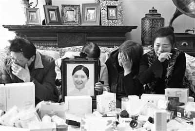 父母、姐姐和姑姑谈起林丽(化名)的去世悲痛欲绝