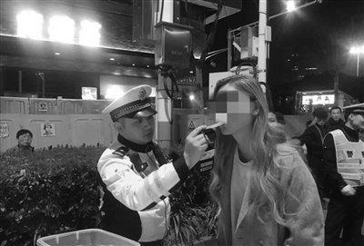 给女驾驶员测酒精。 交警供图