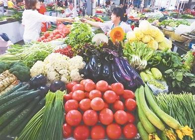 6月江苏居民消费价格总水平同比上涨2.1%。图为昨日,连云港海州区一家农贸市场,市民在选购蔬菜。耿玉和摄视觉江苏网供图