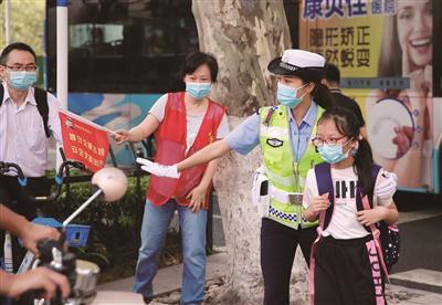 南京交警一大队民警在校门口执勤,维护现场秩序。 范俊彦 陈俊伊 方刘洋摄