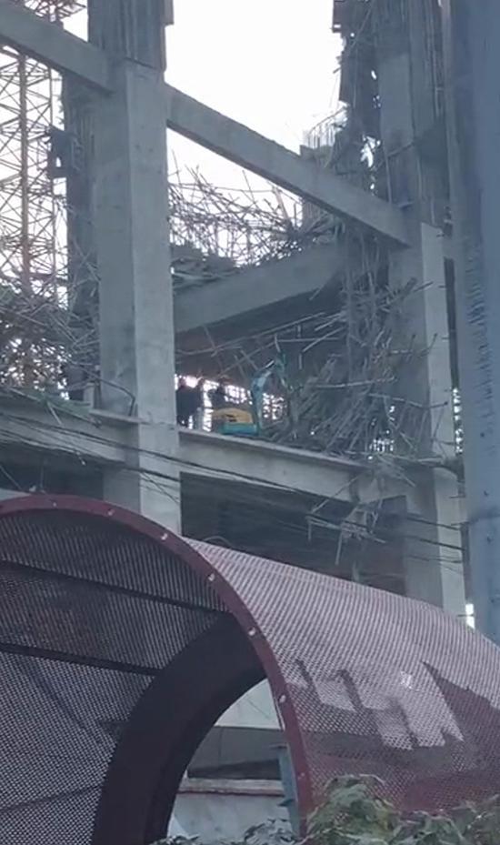 救援人员在事故现场实施救援(视频截图)。 受访者提供