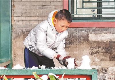 初雪过后,孩子在廊下堆起小雪人 汪震龙图